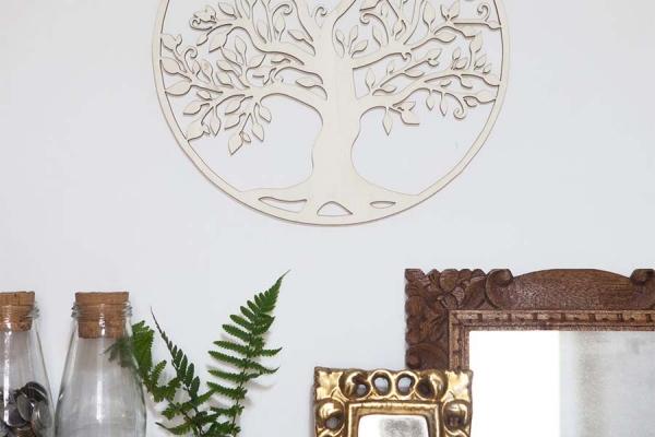 decorazione in legno da parete con albero della vita