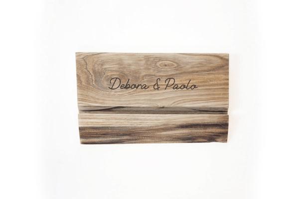 porta tablet in legno massello con i nomi incisi