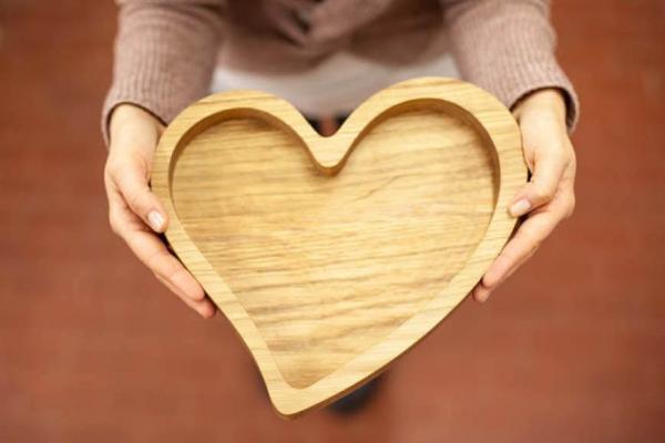 contenitore in legno massello a forma di cuore