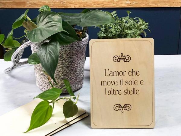 card legno con frase l'amor che move il sole