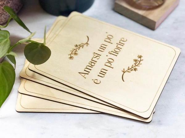 card legno con frase amarsi un po